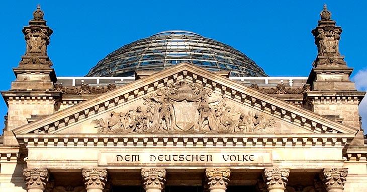 Reichstag Eingang mit Aufschrift von 1916